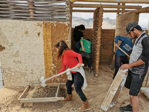 Community members in Cazuca, Ciudad de Bolivar build projects with bioconstruction techniques.