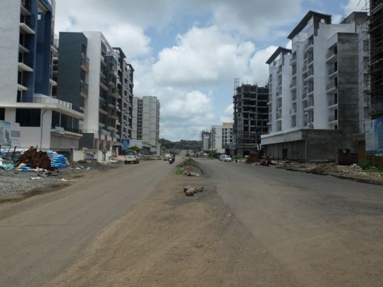 Image 1: A street view of Ulwe showing the emptiness of the surrounding buildings